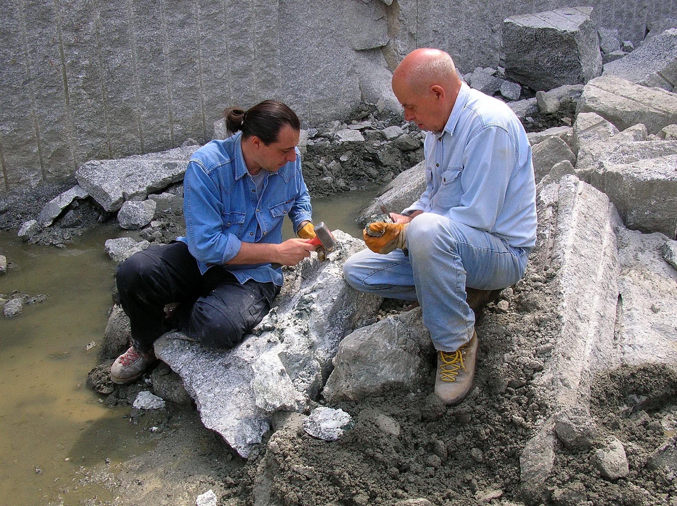 al lavoro rompendo sassi  - ricerca minerali