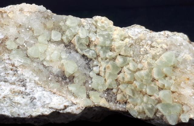 minerali alpini, particolare del campione di Fluorite con Quarzo - dimensioni campione 10x4x3 cm