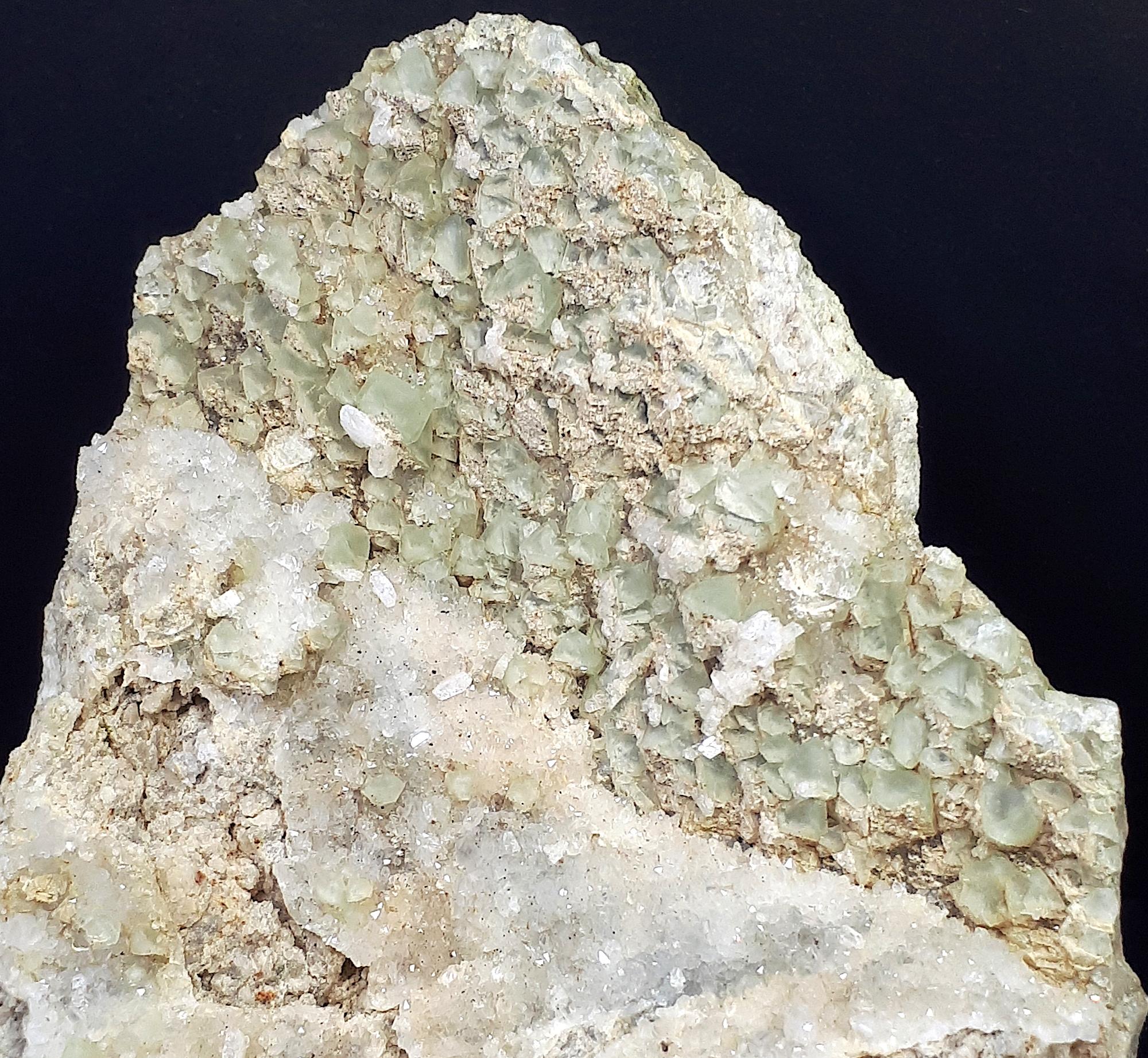 minerali alpini, particolare fluorite quarzo heulandite - dimensioni campione 8x7x6 cm